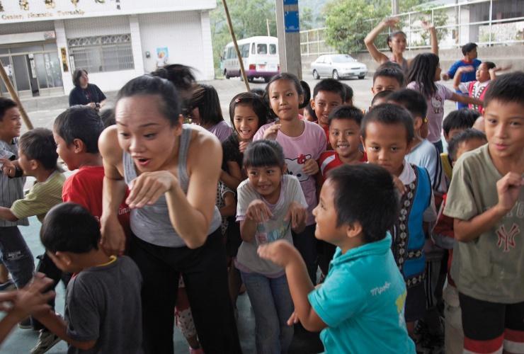 en雲門舞者與那瑪夏的孩子/攝影 劉振祥