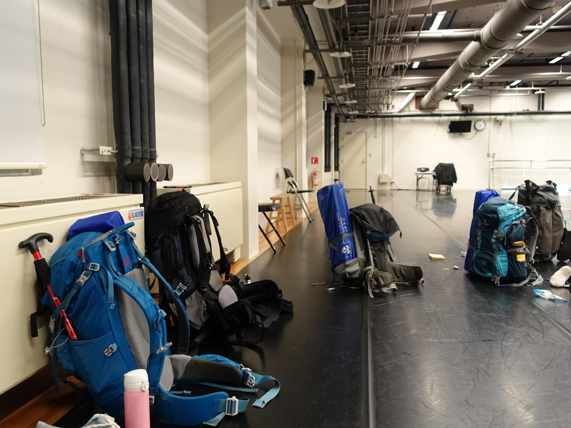 舞者們的登山包 座落在排練場
